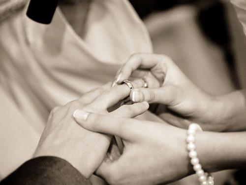 Attribuire a una vedova di un proprio familiare la volontà di essersi sposata per interesse integra il reato di diffamazione
